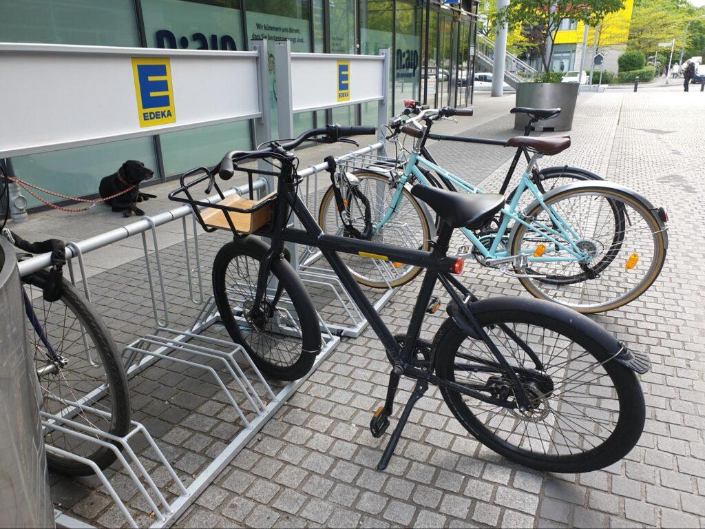 Radfahrer*innen willkommen in der EDEKA-Filiale Franz-Jacob-Straße (Foto: Bertus)